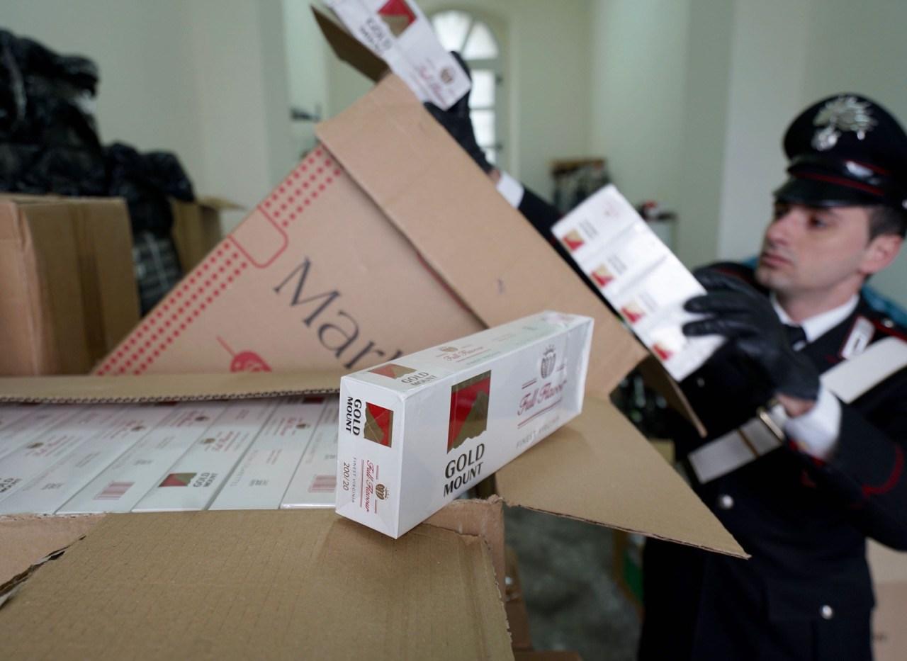 Scoperta a Volla una centrale del contrabbando di sigarette: sei tonnellate nascoste in un tir di mais sfuso