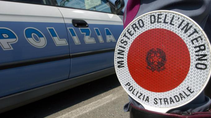 Sospesi 13 poliziotti della Stradale: le indagini sono partite da una denuncia di un imprenditore. Avevano simulato anche finto conflitto a fuoco