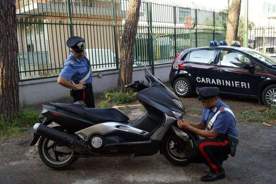 Giocano sul marciapiede e un ragazzino finisce in strada: investito da uno scooter è in gravi condizioni al Santobono