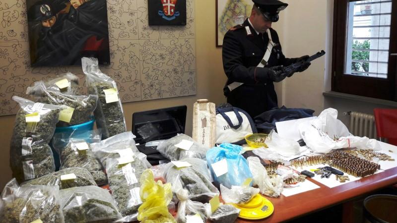 Arrestato il pistolero che sventagliò il mitra a Somma Vesuviana: a casa 17 chili di droga e un mitragliatore automatico