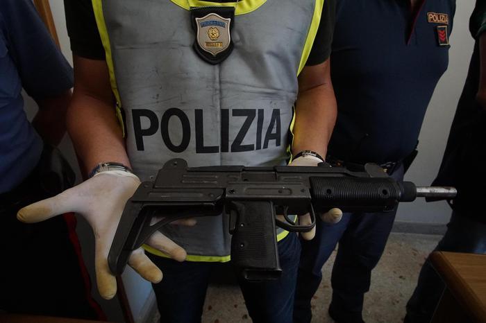 Armi del clan nel cimitero Poggioreale: pistole e cartucce forse appartenenti ai Mazzarella