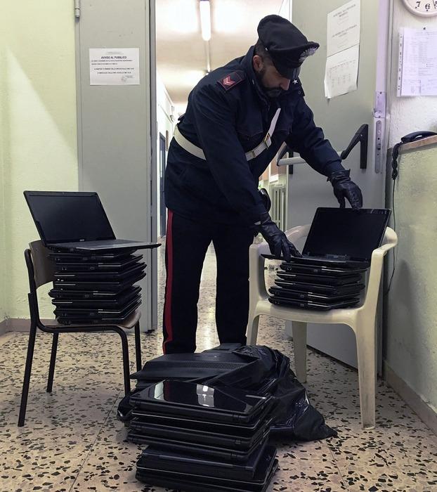 Ruba computer in scuola,arrestato dai carabinieri un rom colto in flagranza con 22 pc