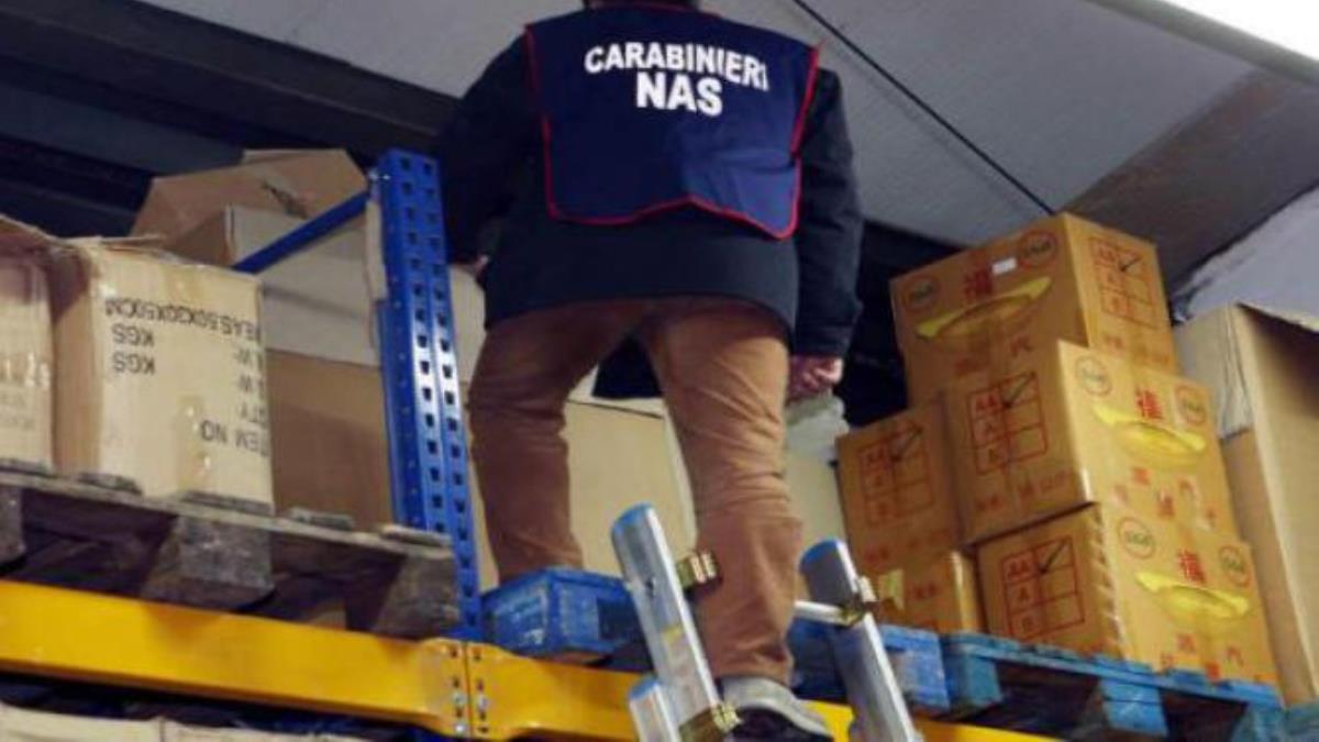 I Carabinieri dei Nas sequestrano deposito e merce alimentare di un noto ristorante sommerse