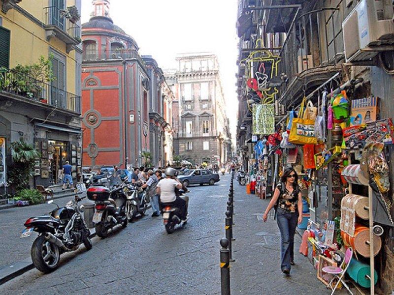 Si torna a sparare nel centro di Napoli agguato al bar: ferito un pregiudicato
