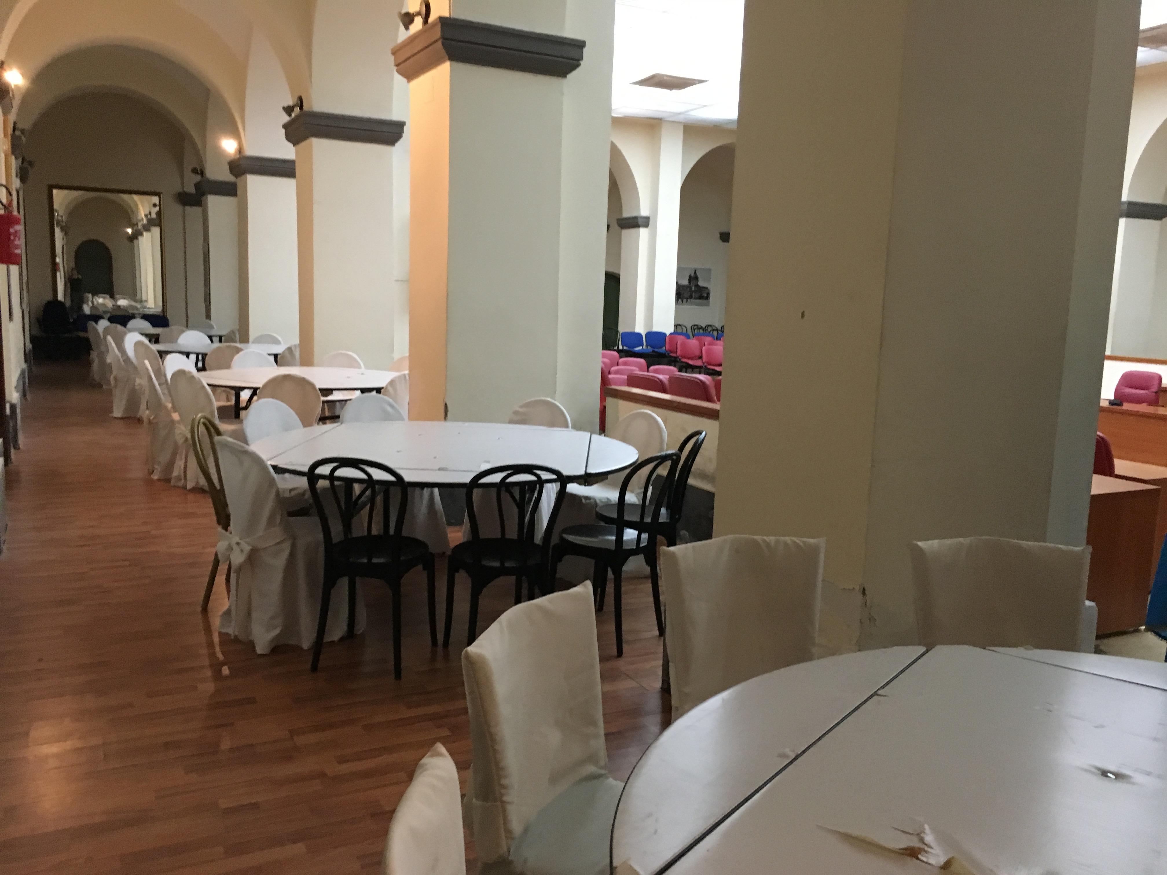 Solidarietà al Comune: l'aula consiliare diventa mensa per un giorno e gli assessori e sindaco servono i pasti