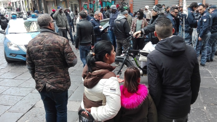 Sparatoria a Napoli, 4 feriti: colpita una bimba di 10 anni. Dietro l'agguato il predominio delle estorsioni al mercato