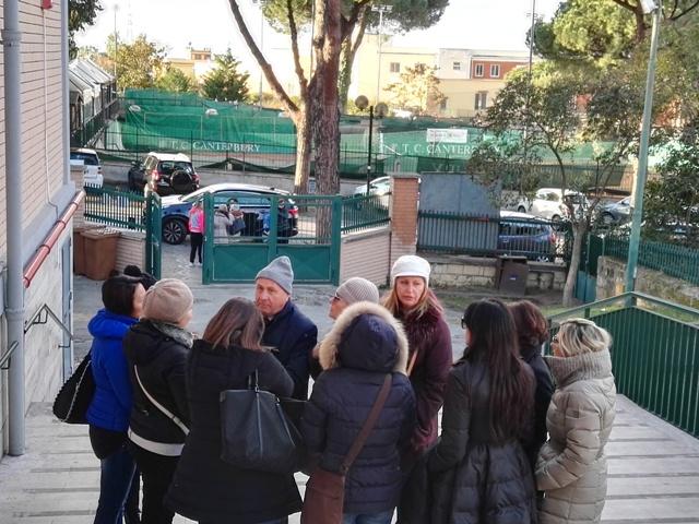 La protesta delle mamme alla Scuola Sandro Pertini a San Sebastiano. I chiarimenti del  sindaco e le accuse di Gennaro Manzo
