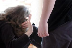 A Napoli, tenta di tagliare la gola alla madre dei suoi due bambini