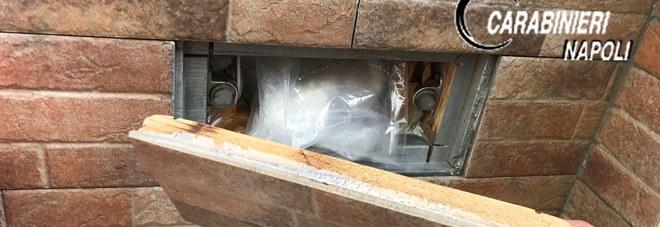 Droga, un nascondiglio segreto sul terrazzo di casa sotto le piastrelle