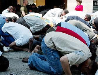 Colla all'ingresso della moschea per imporre il pizzo ai musulmani