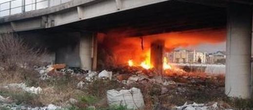 A Ponticelli, l'ennesima Terra dei Fuochi: incendio sotto il ponte della Statale di via Argine