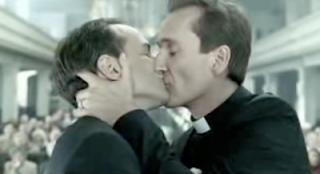 Il Cardinale Sepe sospende il parroco accusato di partecipare ai festini gay a Napoli: il caso affidato a Tribunale ecclesiastico