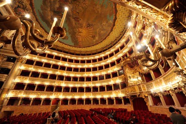 """LA FESTA DEGLI INNAMORATI Al Teatro San Carlo, due spettacoli e una card per dirsi """"ti amo"""""""