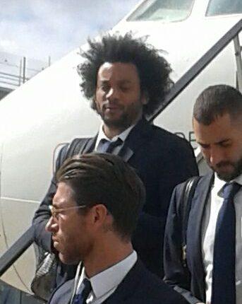 Arriva bus Real a Napoli tra fischi e urla: pizza margherita dedicata a Cristiano Ronaldo con scritta Cr7