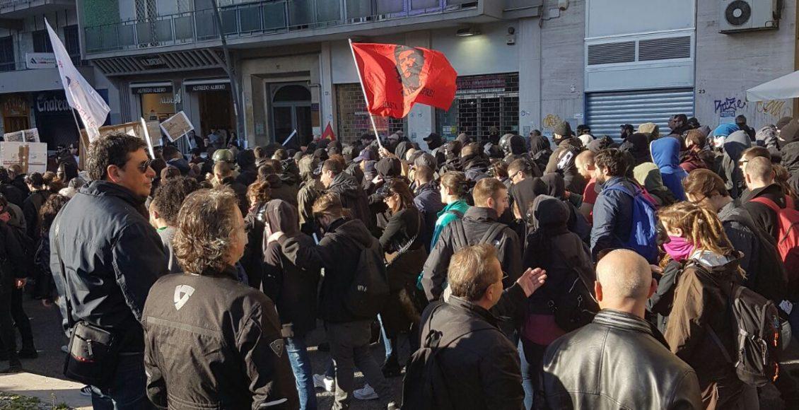 (VIDEO) Salvini è a Napoli. La polizia carica i manifestanti.