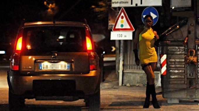 Napoli, minorenne sorpresa a prostituirsi: affidata ai servizi sociali. Ai clienti 10 mila euro di multa