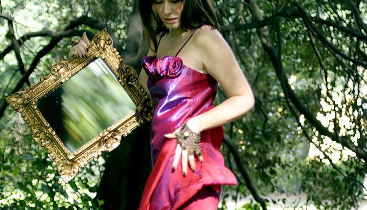 I' te vurria vasà in cinese:Gennarelli Bideri pubblica 3 diverse versioni capolavoro di Russo, cantate divinamente da Francesca Fariello