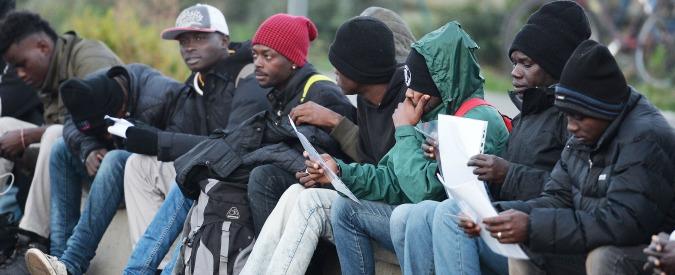 """Il sindaco dà il benvenuto ai migranti e visita la struttura che li accoglie:""""Trasformiamo gli immigrati in risorsa"""" e monta la polemica coi 5 Stelle"""