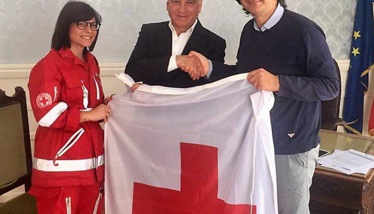 """La bandiera della Croce Rossa sventola sul Comune, il sindaco Abete: """"Simbolo di valori e sinergia"""""""
