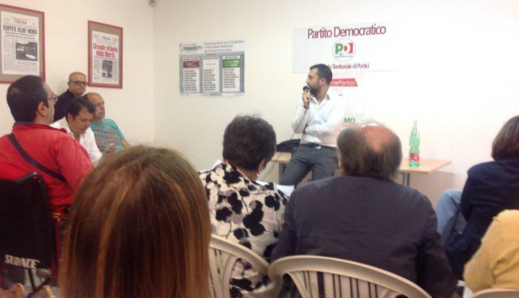 """De Luca sfila in città mentre il Pd presenta la sua lista e snobba le accuse dei rivali: """"L'amministrazione comunale non può essere un terreno di scontro permanente""""."""