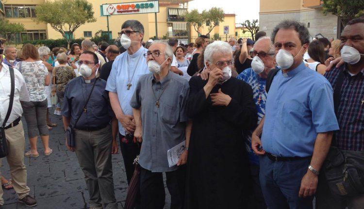 """Ercolano è mille colori e marcia, guidata da parroci e Sacerdoti, tra le vie del Centro, contro il biocidio: """"Il Vesuvio non si tocca"""""""
