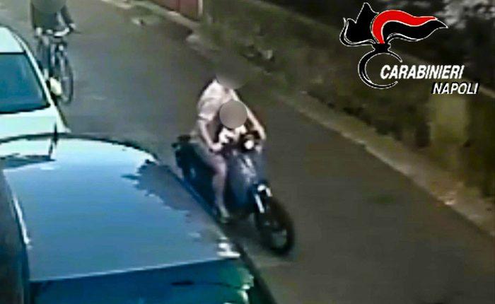 Sullo scooter col figlio di 4 anni e scippatore violento: preso il malvivente che aveva aggredito una straniera a Volla