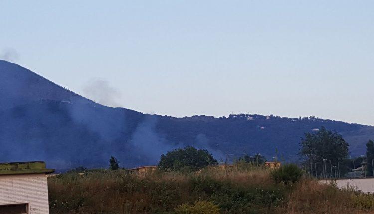 Il fumo tossico dei roghi di Ercolano e Via Figliola fa infuriare i cittadini di San Sebastiano.