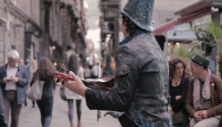 VIDEO-REPORTAGE – Una giornata con Piermacchiè, artista tra le strade di Napoli