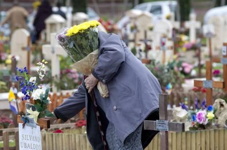 Estate, stop fiori freschi nei cimiteri:si decompongono e richiamano insetti. Monta la polemica con Coldiretti