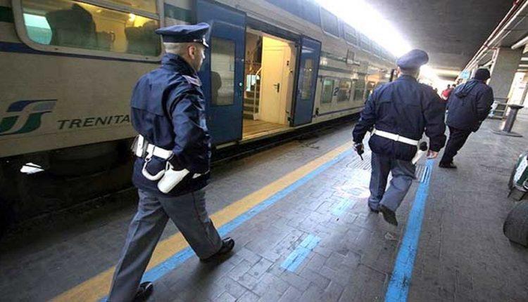 Sfonda porta di ufficio polizia alla Stazione Centrale a Napoli e picchia agenti: arrestato