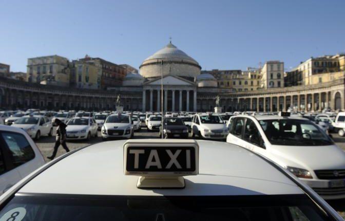 TRASPORTI A NAPOLI Approvate le nuove tariffe sui taxi: aumenti e corse fisse per i poli museali