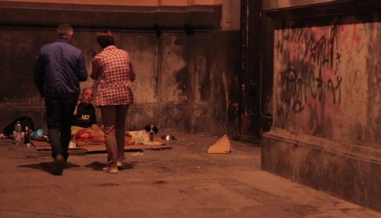 """(VIDEOREPORTAGE) Pasti ai senza tetto – Una giornata con """"Gli amici della stazione"""", in strada per sostenere i più bisognosi"""