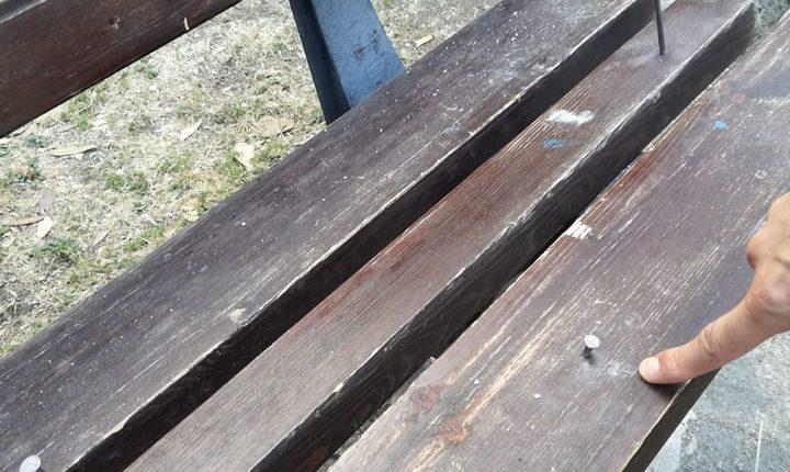 """Atti vandalici in villa Falanga a San Giorgio a Cremano:Ignoti piantano chiodi sulle panchine.Il sindaco: """"Non tolleriamo più questo scempio"""""""