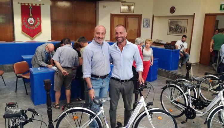 Pomigliano d'Arco città che pedala: l'assessore Mattia De Cicco consegna le biciclette ai cittadini