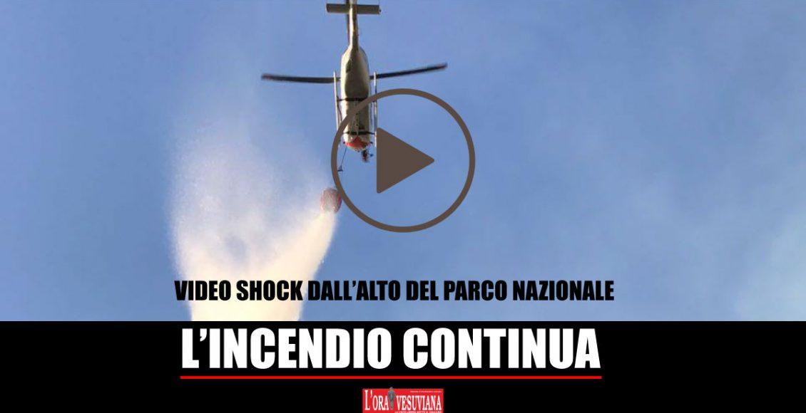 """(VIDEO SHOCK) Incendio sul Vesuvio – Le immagini dall'alto dell'Inferno del Parco Nazionale del Vesuvio. Il fuoco, """"doloso"""", si espande. Canadair in azione"""