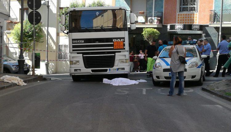 (FOTO) Tragedia a Portici. Un ottantenne travolto da un Tir. Morto