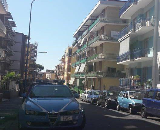 Polizia e vigili urbani salvano un uomo dal suicidio al viale Ascione a Portici