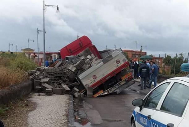 Strade gruviera, a Ercolano un camion sprofonda sulla ex Coock