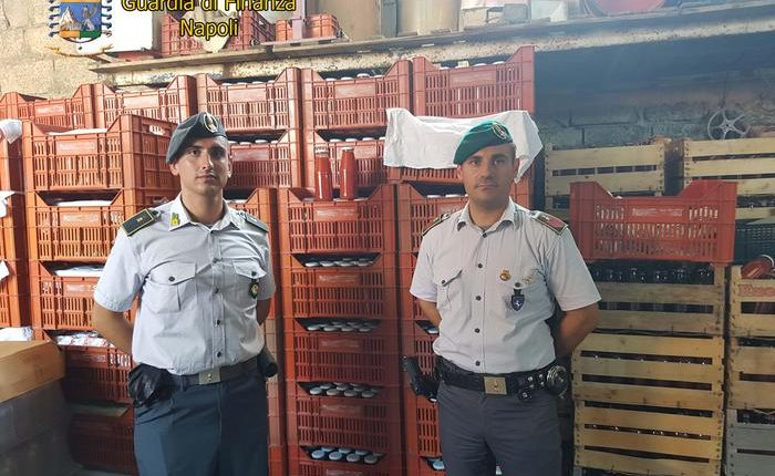 Cibi mal conservati, sequestro della Guardia di Finanza di quindicimila passate di pomodoro e 100 bottiglie di vino