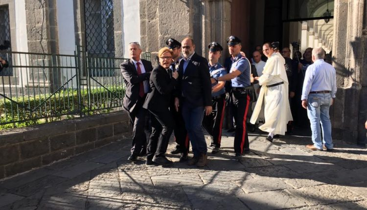 """Il Governatore De Luca inseguito da """"Le Iene"""" a Madonna dell'Arco chiama i carabinieri"""