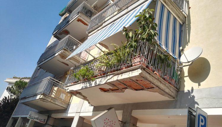 Nel salotto di San Giorgio a Cremano è pericolo anche passeggiare: cadon calcinacci dai balconi che danno sulle auto e sulla strada