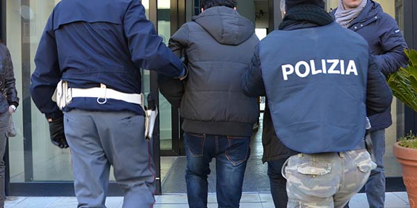Accusato di violenze e rapina domestica in Germania, lo arrestano a Portici