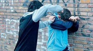 A 15 anni minacciava di morte coetanei: baby rapinatore arrestato a Napoli, si cercano i complici