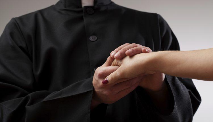 Estorsione a sacrestano, fedeli e sacerdote mentre celebra: preso pregiudicato di Barra