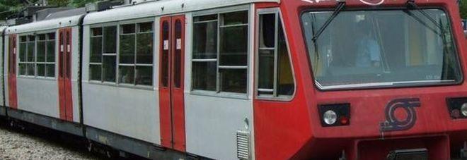 Si lancia sotto il treno a Ottaviano e muore: linea Circum interrotta