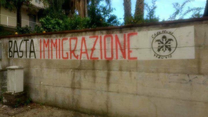 """Pomigliano. """"Basta Immigrazione"""" – Striscione di Casapound di fronte a centro accoglienza, rimosso immediatamente dal Comune."""