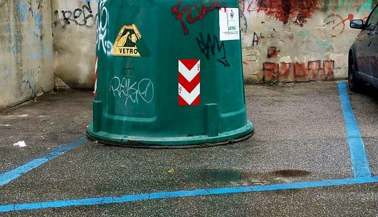 A San Giorgio a Cremano, le campane dei rifiuti non pagano (ma occupano) la sosta
