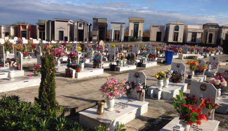 """RICEVIAMO E PUBBLICHIAMO – L'ennesima protesta per la gestione delle """"luci"""" al Cimitero di Pollena Trocchia. Che cade a pezzi"""
