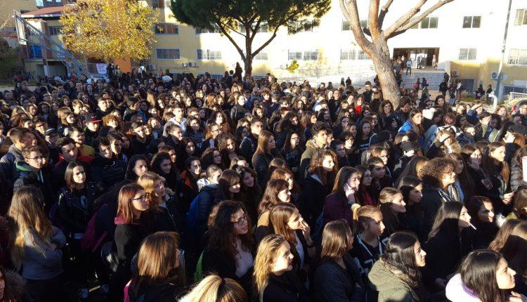 (Video) Portici – Il liceo Quinto Orazio Flacco manifesta riguardo il provvedimento preso nei confronti della studentessa sospesa