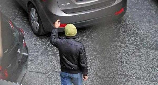 Parcheggiatore ostacola ripartenza auto  Dopo segnalazione cittadini, bloccato nel Napoletano